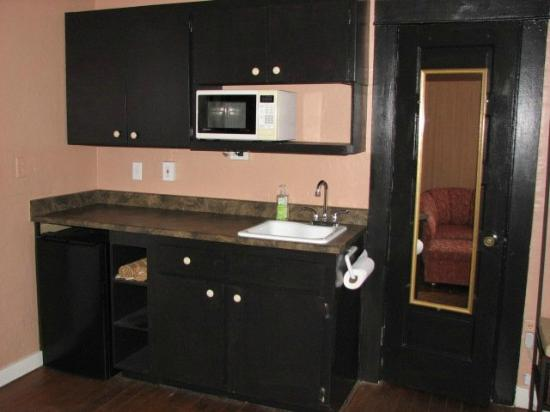 Cottonwood Hotel: Wet bar kitchenette ~suite #4
