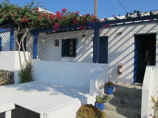 Hotel Mathios Village: Zimmer mit Blick über Weinfelder zur Küste