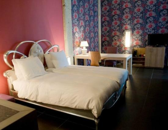 Inntel Hotels Art Eindhoven: Bed & table