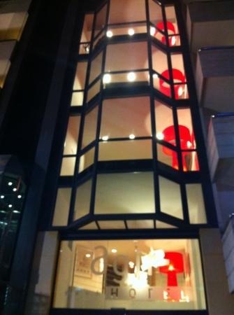 Hotel Agir: fachada con los vestibulos de las plantas iluminando