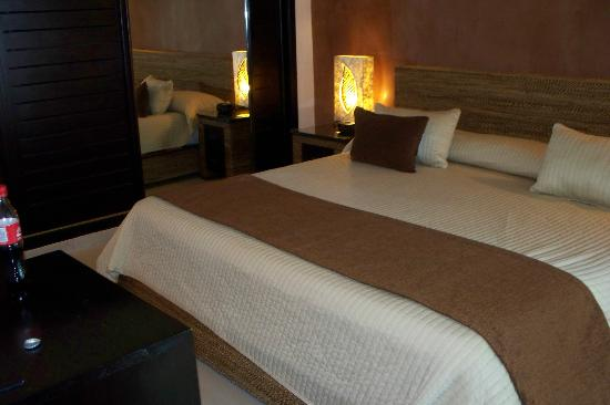 Sirenis Punta Cana Resort Casino & Aquagames : Our VERY huge & comfortable bed