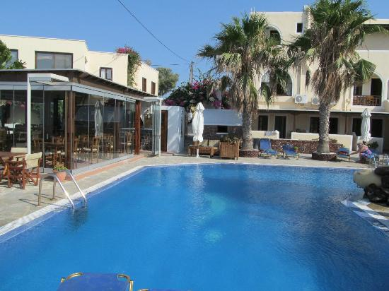 Hotel Mathios Village: Pool und Restaurant