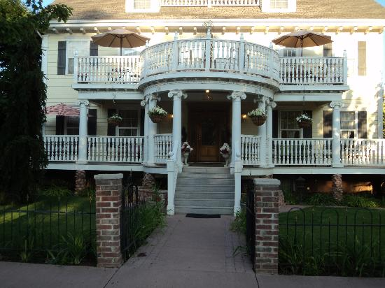 Big Yellow Inn Bed & Breakfast: Lovely House