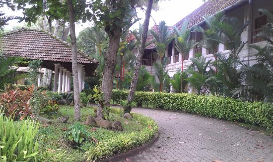 Lemon Tree Vembanad Lake Resort: way to reception