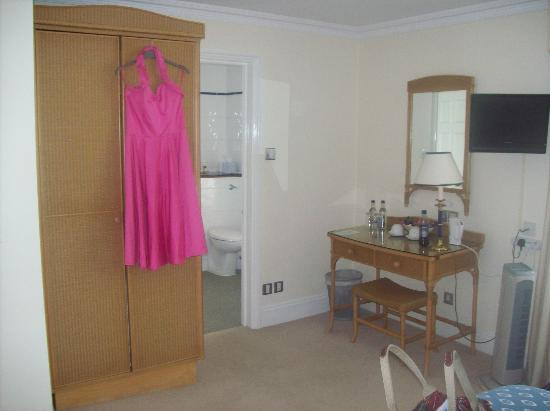 Millhouse Hotel & Riverside Restaurant: In the room, looking towards the bathromm, room door behind