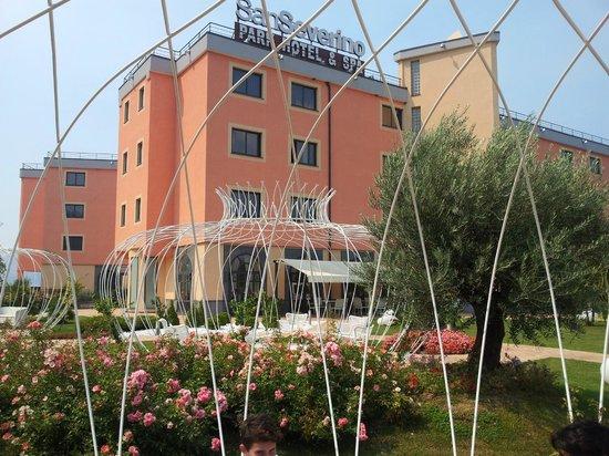 San Severino Park Hotel & Spa: Vista dell'hotel dal giardino