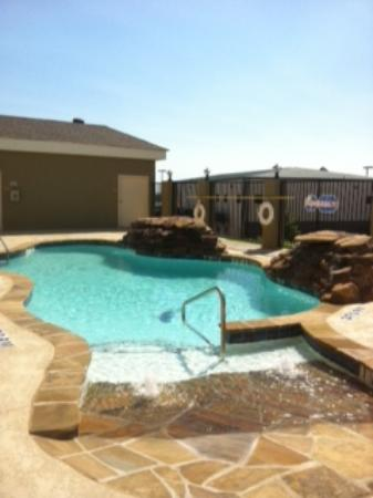 Candlewood Suites Decatur Medical Center: Pool area is next to a gazbo with tables and grills