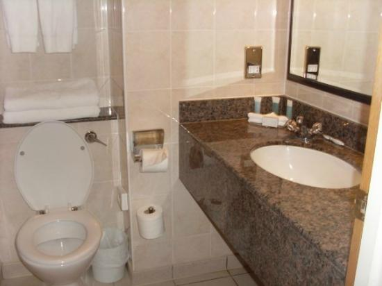 Hilton Cobham: small but very clean bathroom