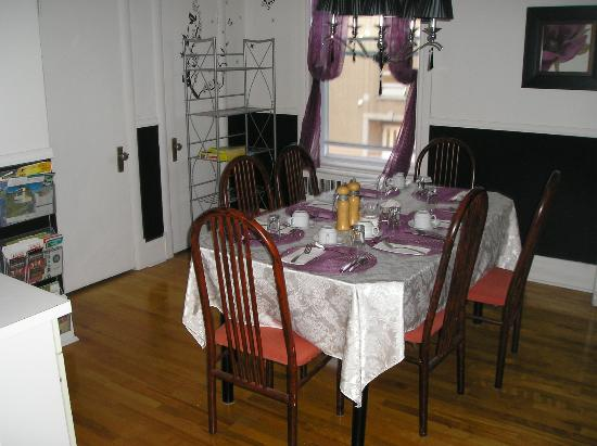 Couette et Cafe a la Quebecoise: Dining Table