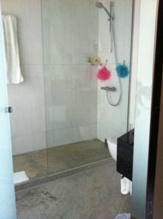 K+K Hotel Picasso: Lovely walk in shower