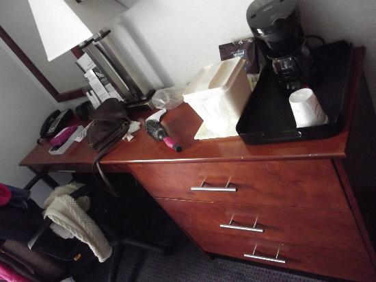Lexington Inn: Coffee Machine and Ice Bucket