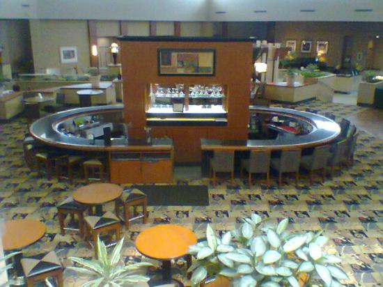 Holiday Inn Philadelphia South-Swedesboro: View from 2nd floor onto bar/dining area