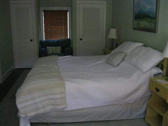 Inn at Gristmill Square: Tower Apt Double Bedroom