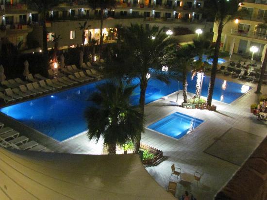 Caprici Verd : piscine vue chambre