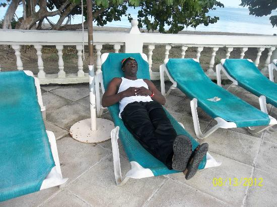 Turtle Beach by Rex Resorts: relaxing at poolside