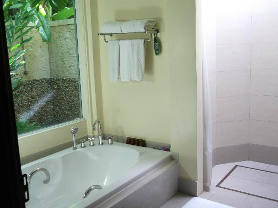 Nora Beach Resort and Spa: Bathroom looking out into the garden