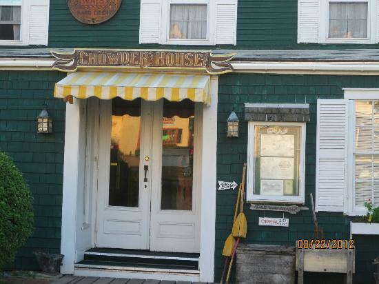 chowder house: Entrance