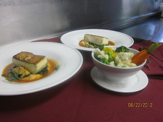 Club Grille Steak House: Pan seared halibut,farmers vegetables