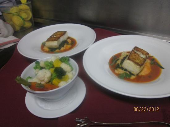 Club Grille Steak House: Pan seared halibut ,farmers market vegetables