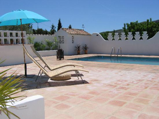 Finca Los Pinos Guesthouse: relax by the pool