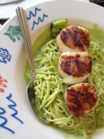 Harbor Grill Restaurant : scallops over green chili pasta