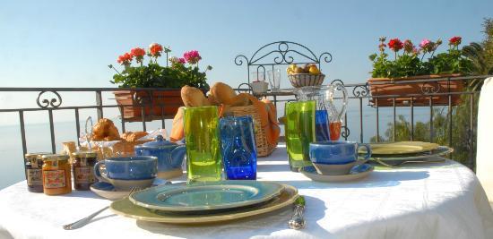 La Belle Vue : le petit déjeuner sur la terrasse face  mer