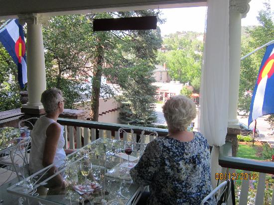 Avenue Hotel Bed and Breakfast: Breakfast on the front porch.