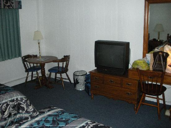 The Yankee Clipper Inn : tv and table area in 300 room