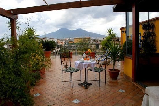 Terrazza con vista spettacolare sul vesuvio foto di for Foto giardini a terrazza