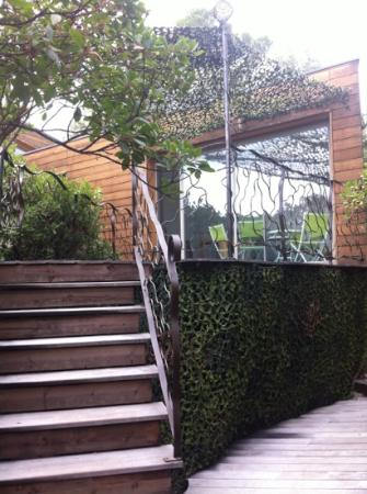 Les cabanes Oxyzen : accès à la terrasse du petit déjeuner
