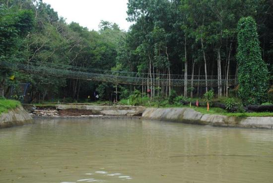 Antipolo City, Filippinerne: Hanging bridge on top of the man made lake (lake under construction)