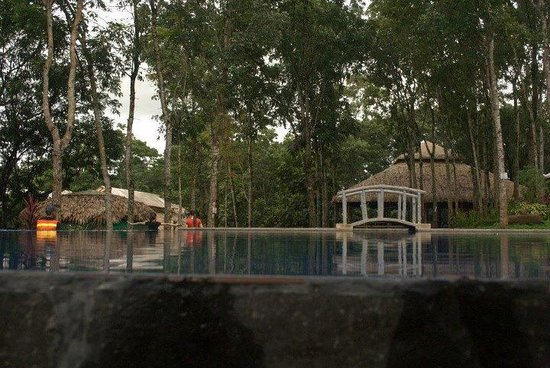 Antipolo City, Filipinas: Side view of the pool
