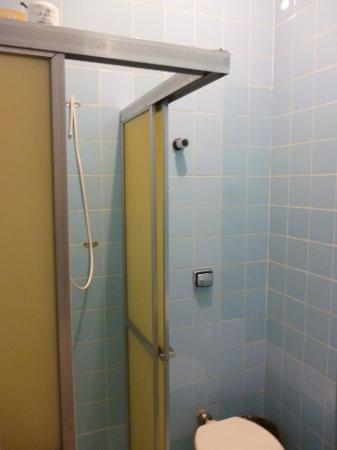 Bittar Inn : Sharp outside corners of shower stall!!!