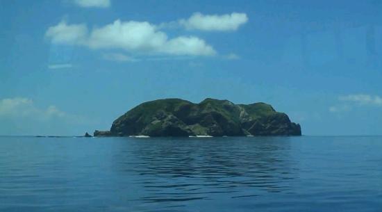 Minshuku Kinjo: 高速船から無人島を望む