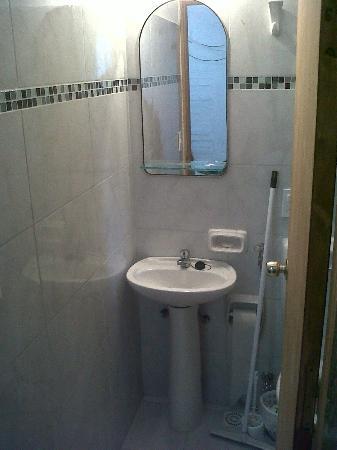 Hostel El Espanol: Baño moderno y sencillo