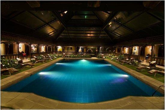 Samari Spa Resort: Piscina temperada y cubierta en la noche