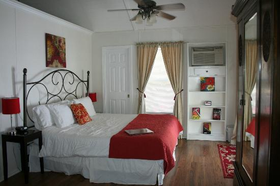 Cypress Creek Cottages: Bed