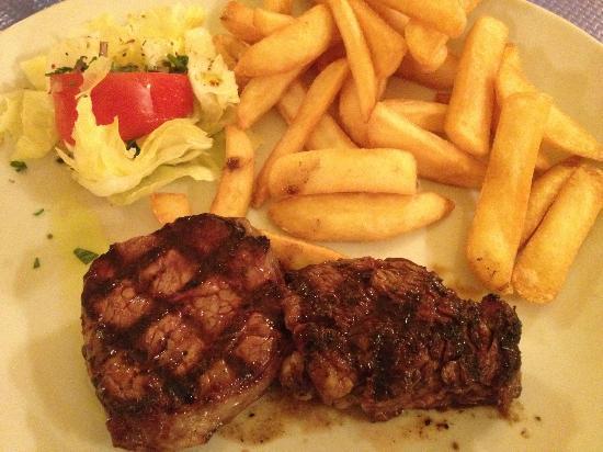 Souvlaki de Mykonos: Steak with fries and salad