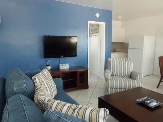 Paradise Oceanfront Hotel: Room 9 Living Room