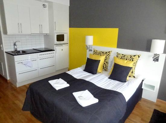 Sky Hotel Apartments Stockholm: Bed and kitchenette