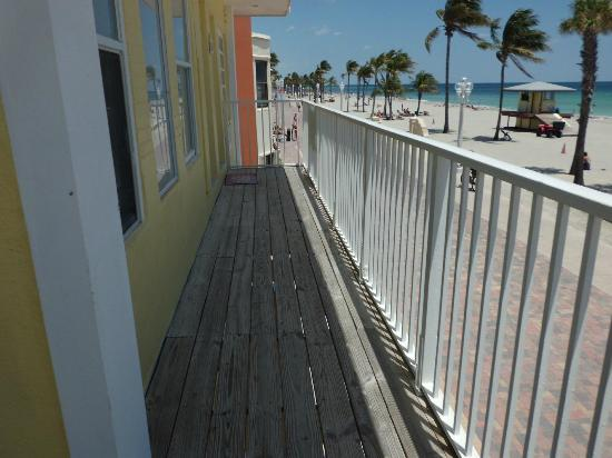 Paradise Oceanfront Hotel: Looking up the Broadwalk and Beach