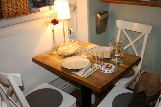 2kronor Hostel - Vasastan: dining zone (showels and cutlery found on place! full-furnished kitchen!)