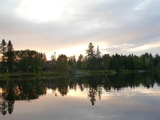 Serenita Spa Auberge: vue de l'hotel, couché de soleil sur le lac