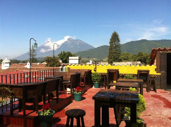 Hostel el Caminante: Our excellent view fot the volcanoes Fuego and Acatenango