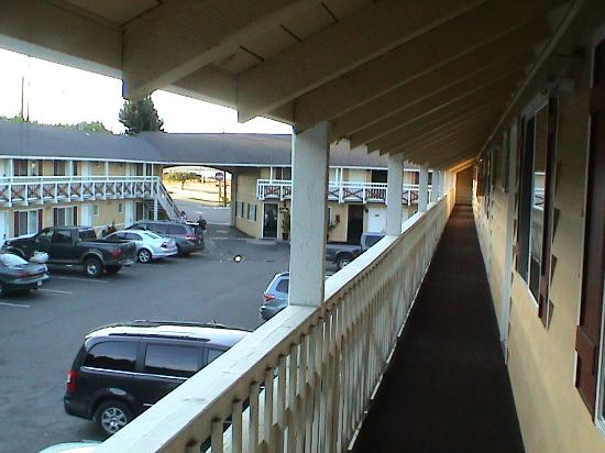 Super 8 by Wyndham Coos Bay/North Bend: A shot of the parking lot from in front of our room