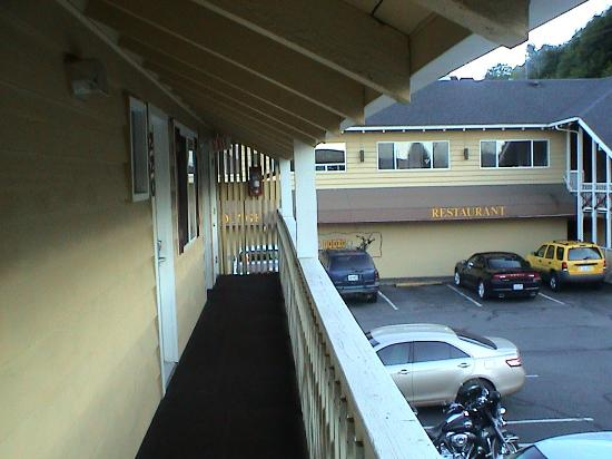 Super 8 by Wyndham Coos Bay/North Bend: View toward the restaurant (South) from the upstairs walkway