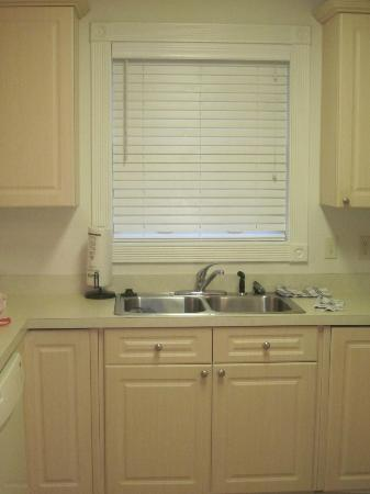 Myrtlewood Villas: Kitchen sink and window...nice blinds