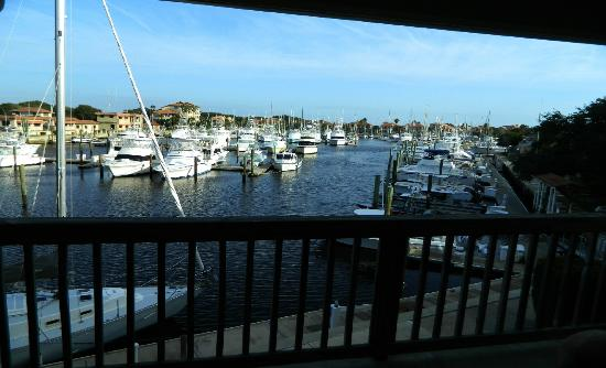 Inn at Camachee Harbor: Nice room with a view for an artist who likes to paint boats from life!