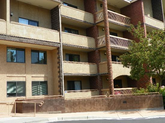 Glenwood Hot Springs Lodge: View of balconies that are bigger than the ADA balcony