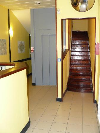 Hotel Calm : Agora Hotel Elevator & Stairs